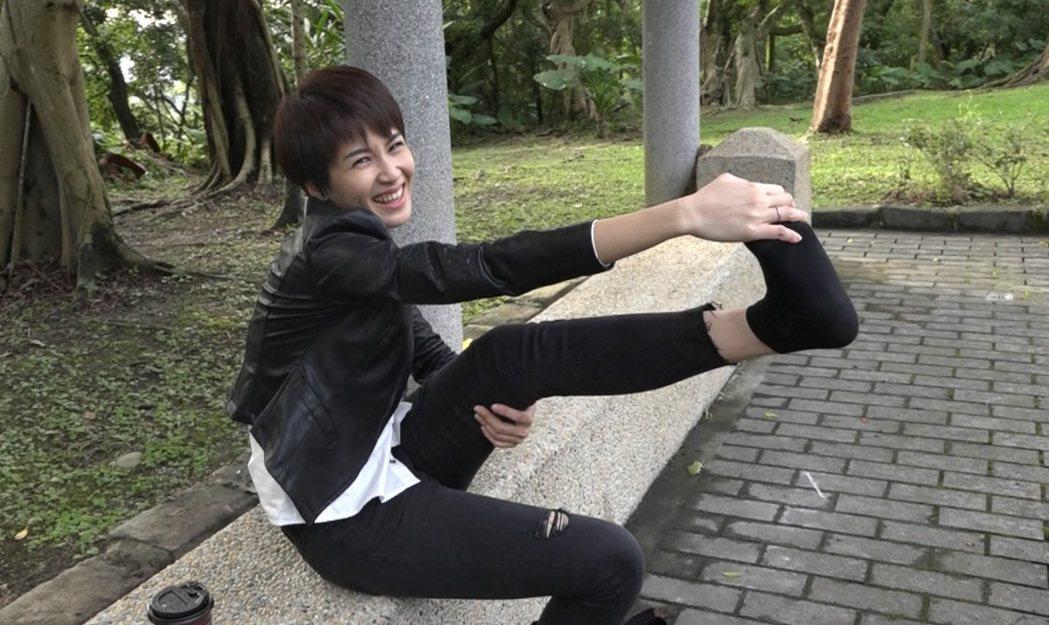 曾沛慈因腳趾抽筋而拉筋舒緩。圖/八大提供