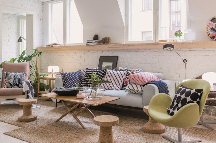 看似多樣複雜的Marimekko抱枕,實則抓得出規律的脈絡,共同放在沙發椅,並不...