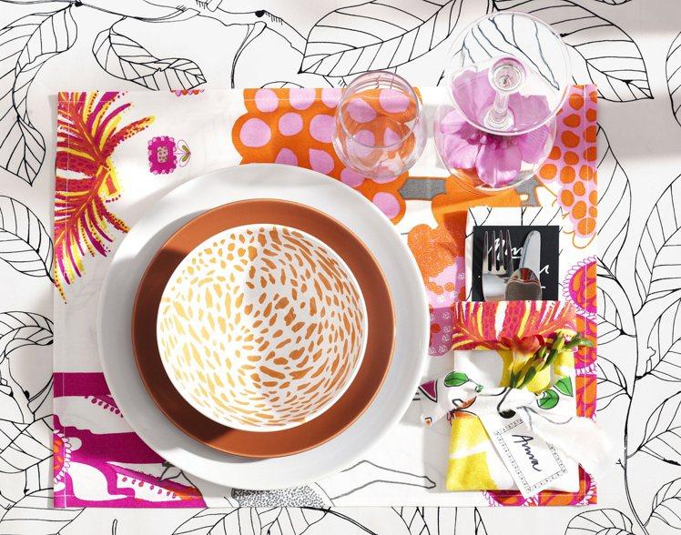 花樣層疊的IKEA桌布、餐墊與瓷器,看似複雜,其實緊扣大自然元素,搭配透明玻璃,...