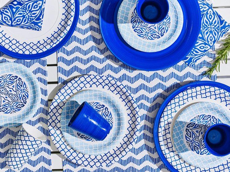 IKEA SOMMAR PARTY紙餐具,同色系撞色中可見圖騰變化,帶來歡樂熱鬧...