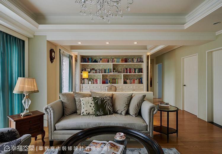 ▲書櫃:整面書櫃採對稱式設計創造和諧美感,並以花紋壁紙飾底,帶出甜美鄉村情調。