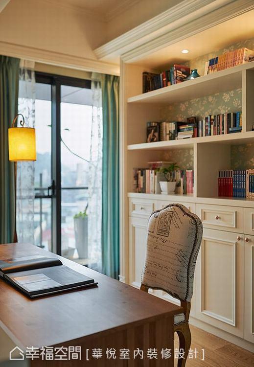 ▲鄉村質感:實木書桌搭配鄉村款座椅,圍塑自然樸質的寫意情境。