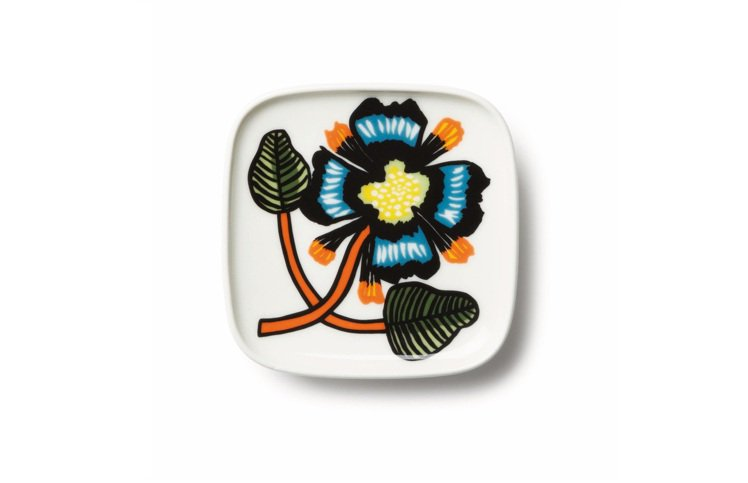 Marimekko Tiara小瓷盤,橘配藍的花朵圖騰撞出艷麗飽和感, 590元...