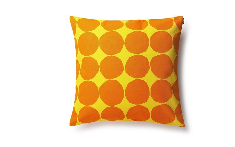 Marimekko波卡點抱枕套,以明亮的橘色搭配黃色,視覺搶眼又跳躍,2,280...