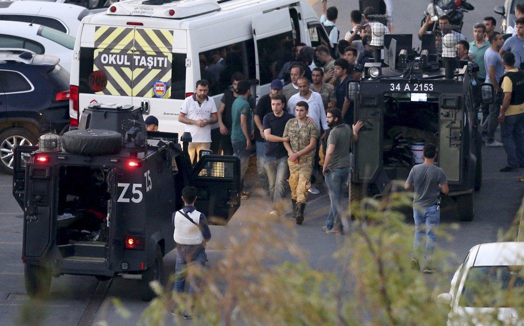土耳其發生政變,美聯社引述土耳其國營通訊社安納杜魯新聞社消息報導,已有754名武...
