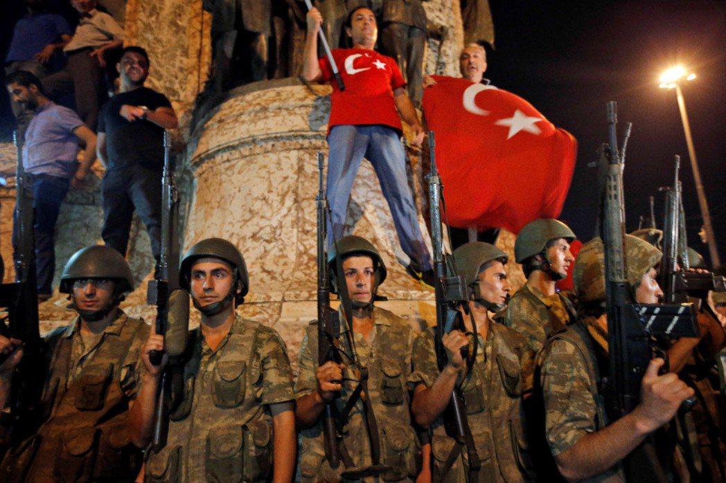 圖為土耳其總統艾爾段(Recep Tayyip Erdogan)的支持者在軍方前...