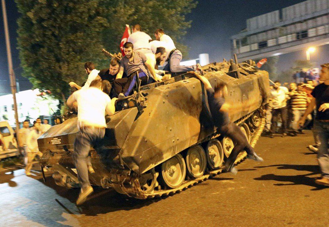 土耳其軍方發動政變,全國戒嚴宵禁。圖為反政變民眾攀上軍方坦克車。 圖/歐新社