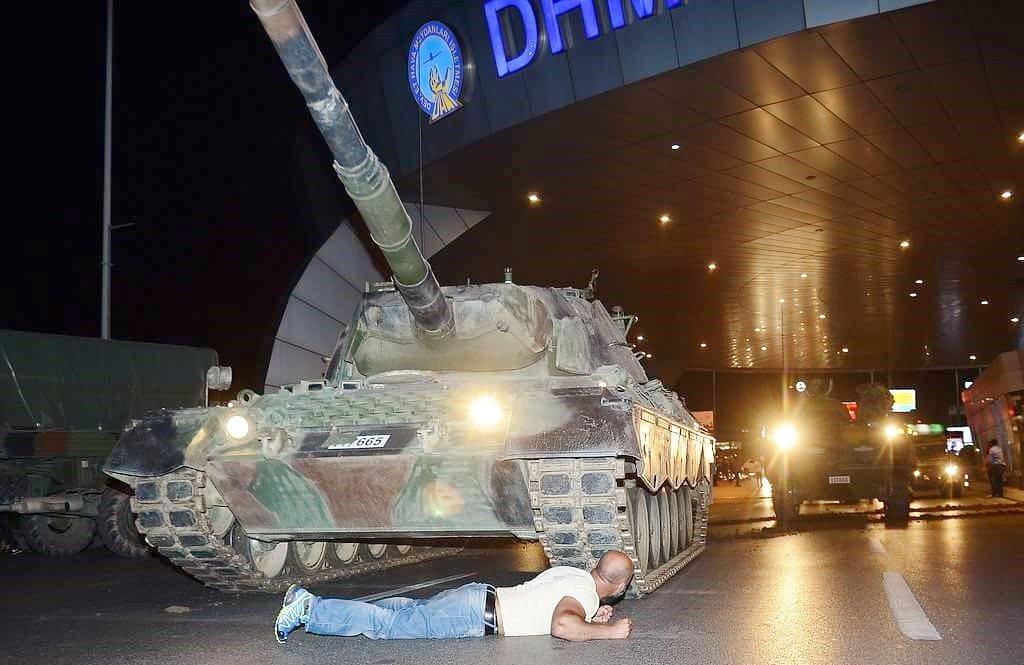 土耳其軍方宣稱他們已掌權,但總統厄多安誓言這場未遂政變會遭到鎮壓,大批群眾上街回...