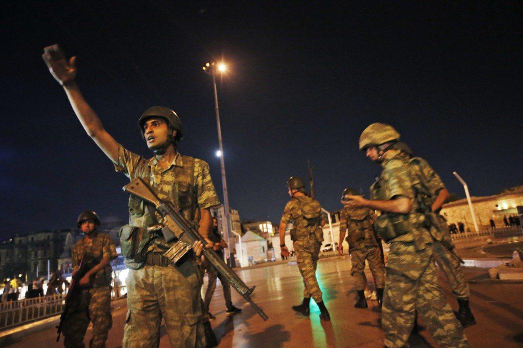 土耳其伊斯坦堡一廣場今天凌晨有士兵部署。(美聯社)