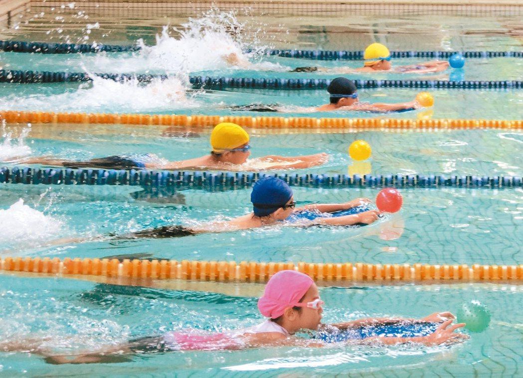 游泳池的水總有一股「藥水味」,那是消毒水味? 報系資料照