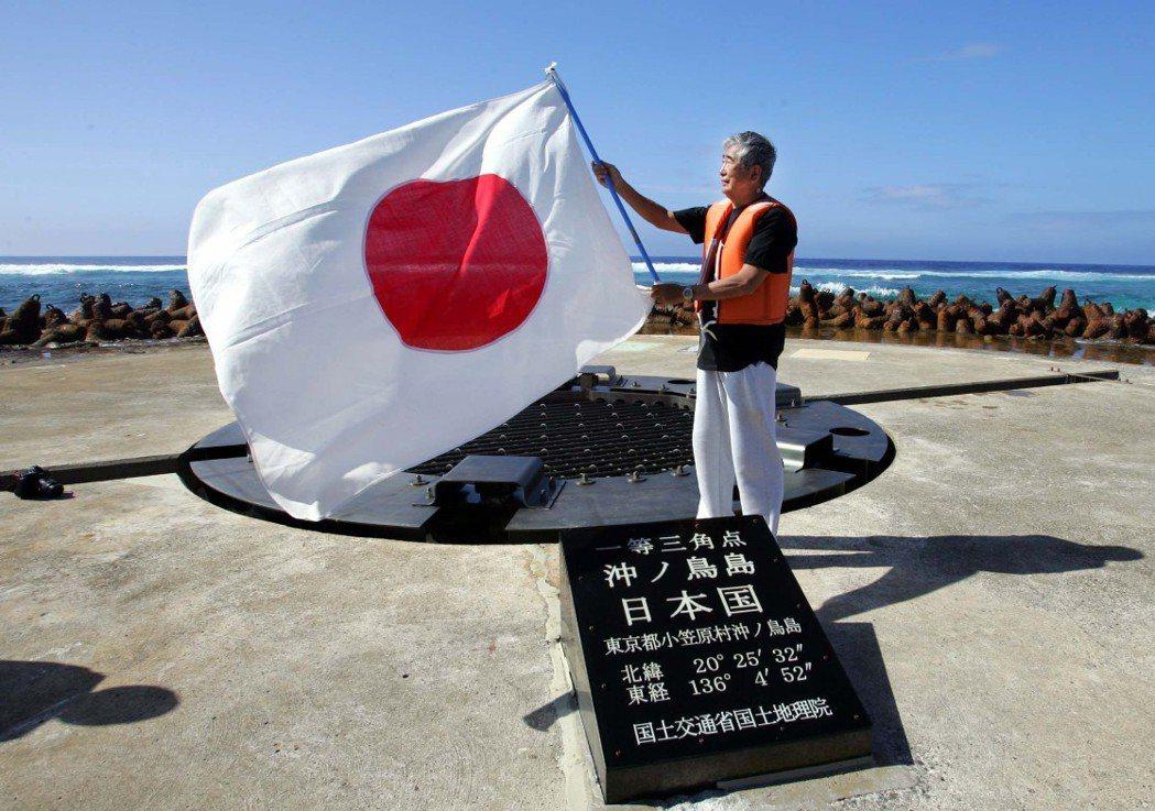 2005年日本時任知事石原慎太郎登上沖之鳥礁,揮舞國旗宣示主權。 圖/路透社