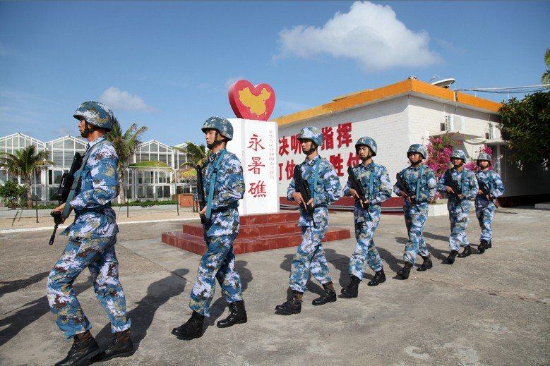 中國人民解放軍在永暑礁上的駐軍。 圖/路透社