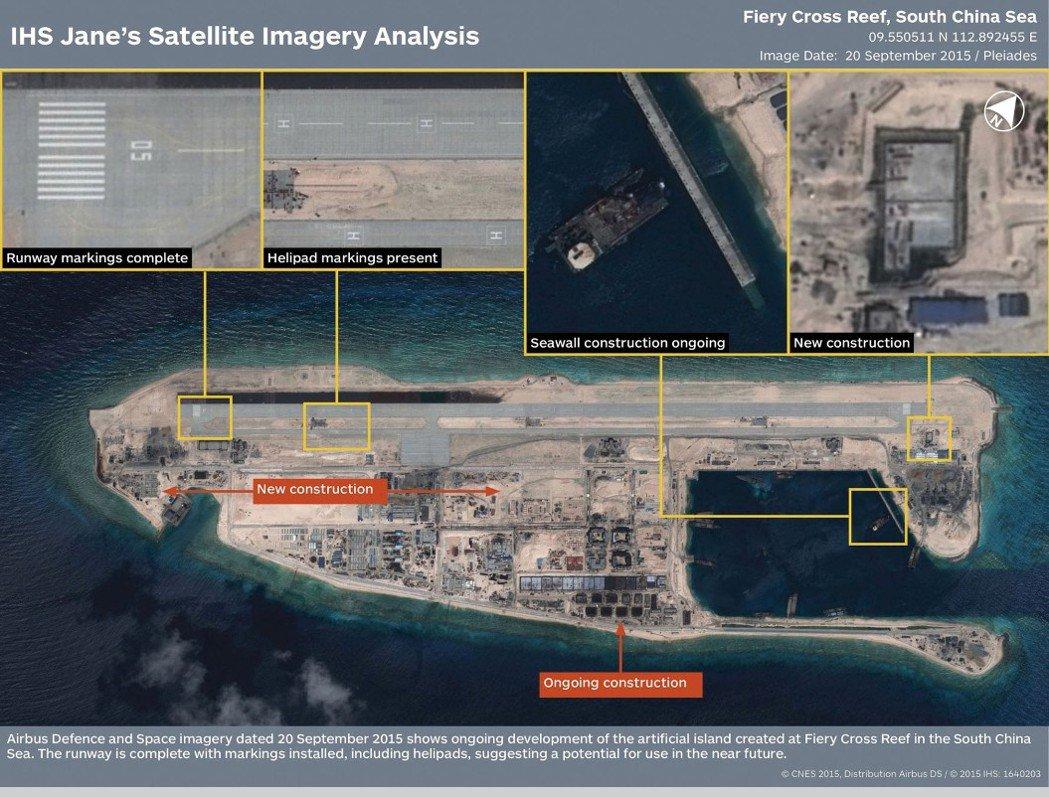 2014年之後,中國將礁盤附近的沙抽起來,把礁盤整個填到超過水面,目前永暑礁的面積是2.8平方公里(太平島大概0.5平方公里),島上有機場還建了深水港,就像個軍火庫,是中國未來在南海中跟美國對抗的重要基地。 永暑礁衛星圖資/路透社