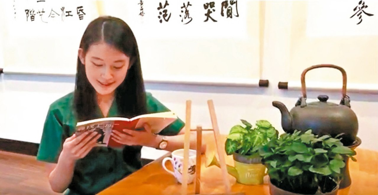 北一女新生的暑假作業,要浏覽校方保舉的一本書,然後朗誦書中一段最喜好的文字,錄製...