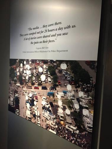 1995年奧克拉荷馬市恐怖攻擊時,現場外圍湧現的媒體,當地警局的新聞官形容這些媒...