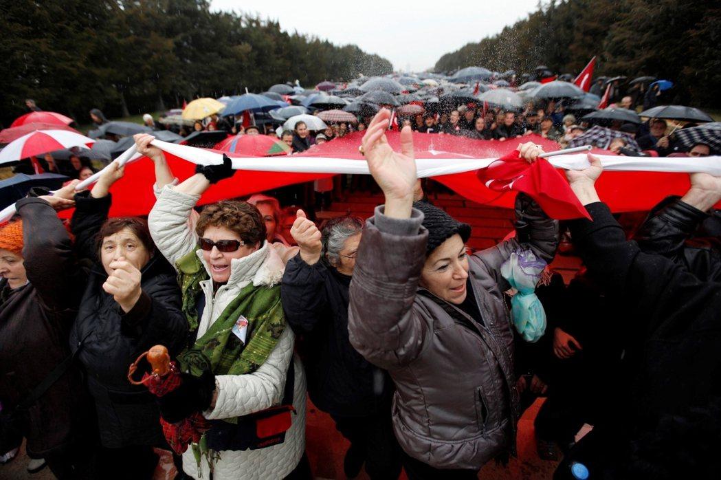 受重錘案牽連的數百名將官家眷,於2011年冬季,齊聚在阿塔圖克的陵墓前高聲喊冤。...