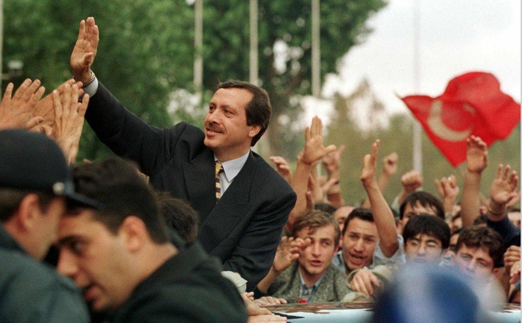 1998年福利黨被勒令解散後,當時的伊斯坦堡市長——厄多安——趁勢崛起,並重組為...