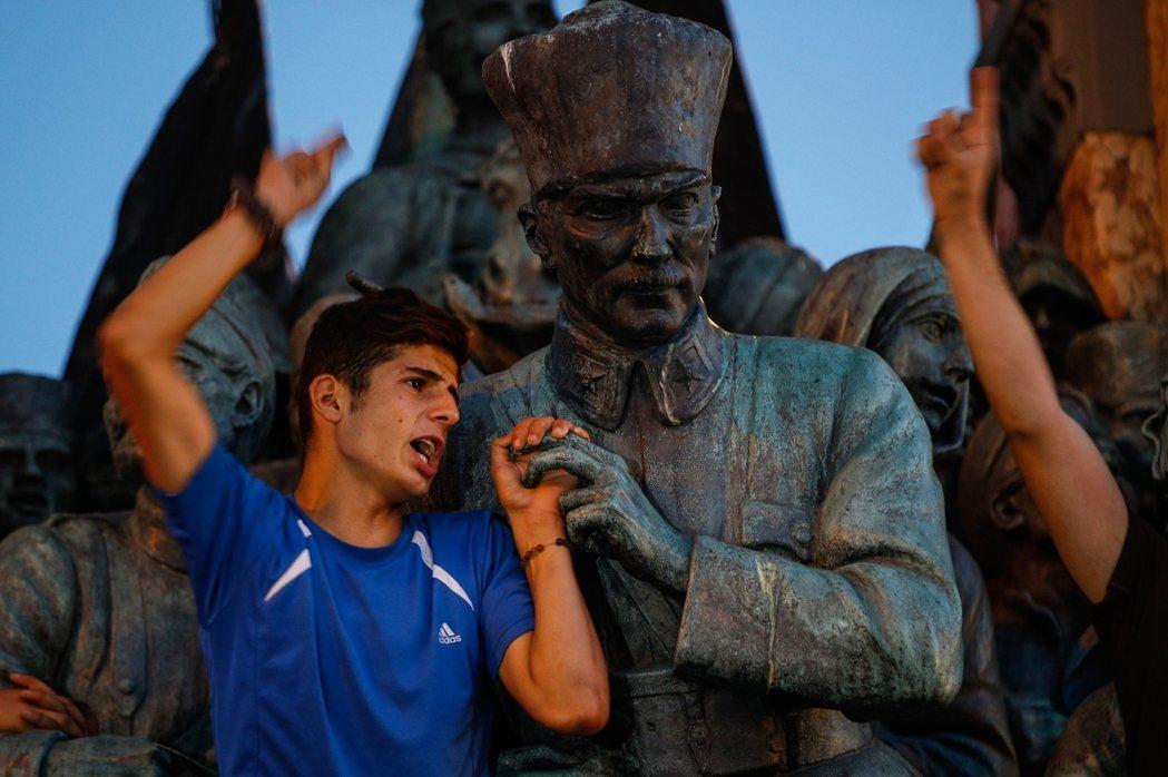 凱末爾(銅像)的成功,建立了軍方在現代土耳其的不朽地位。圖為群聚於伊斯坦堡塔克西...