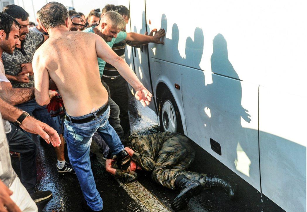 這一場始於阿塔圖克的軍人政治時代,或也將在土耳其士兵懊惱的眼淚裡,畫下最為難堪的...