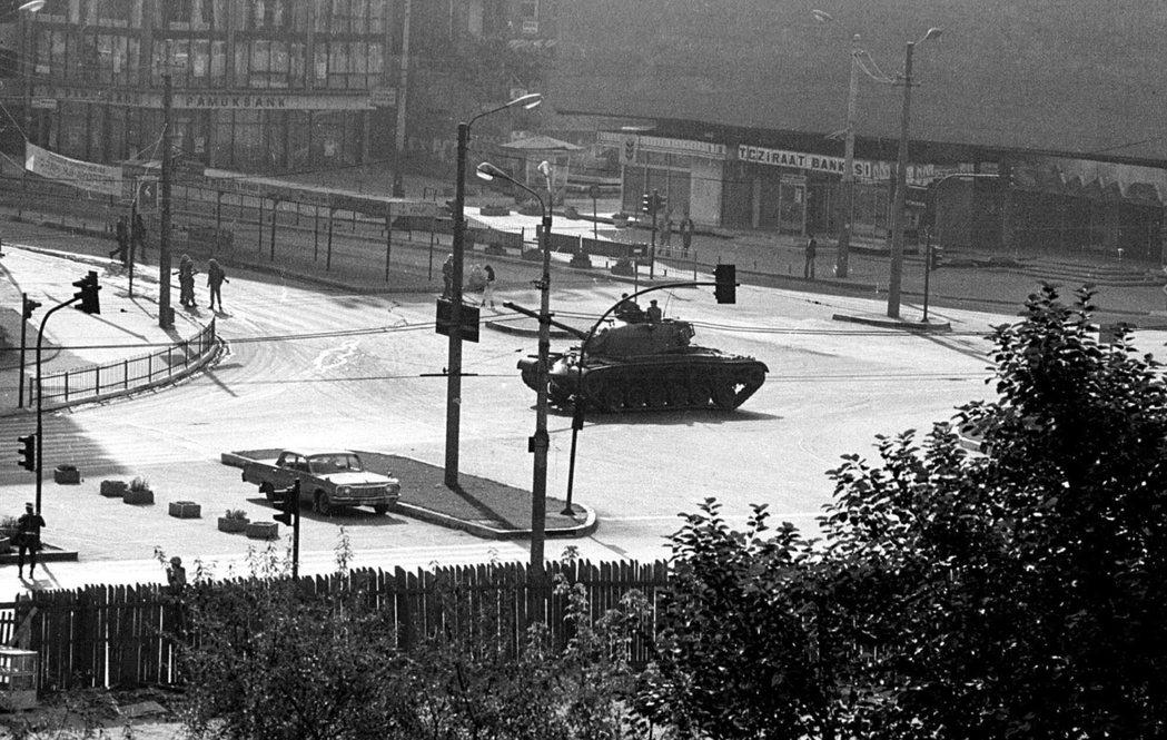1980年軍方發動政變,圖為安卡拉市中心的政變部對坦克。 圖/美聯社