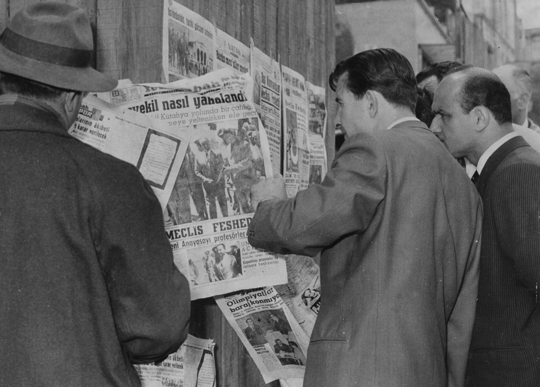 1960年政變之後,伊斯坦堡的民眾正在看總理曼德列司被捕的新聞。 圖/美聯社
