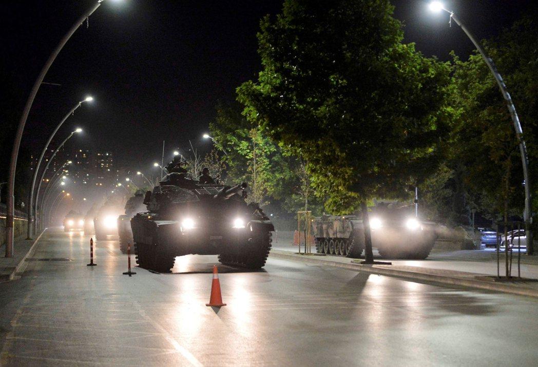 2016年7月15日深夜,土耳其又政變了。圖為安卡拉街頭的政變軍坦克。 圖/路透...