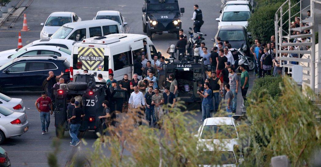 最終,這場被土耳其政府定調為「少數軍中派系的叛變」,就在全國造成290餘人死亡之...