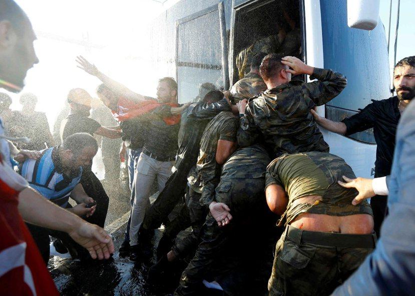 軍人在伊斯蘭社會裡地位崇高,但這場政變後,一般人民對軍方的態度開始出現轉變。 圖...