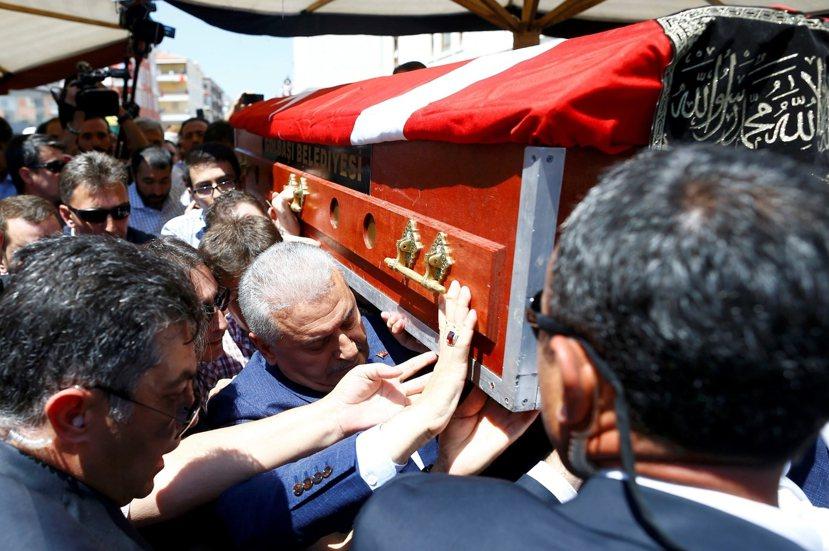 昨日(7月17日)土耳其為政變中犧牲與殉難的人民舉辦喪裡。圖為土耳其總理扶棺。 ...