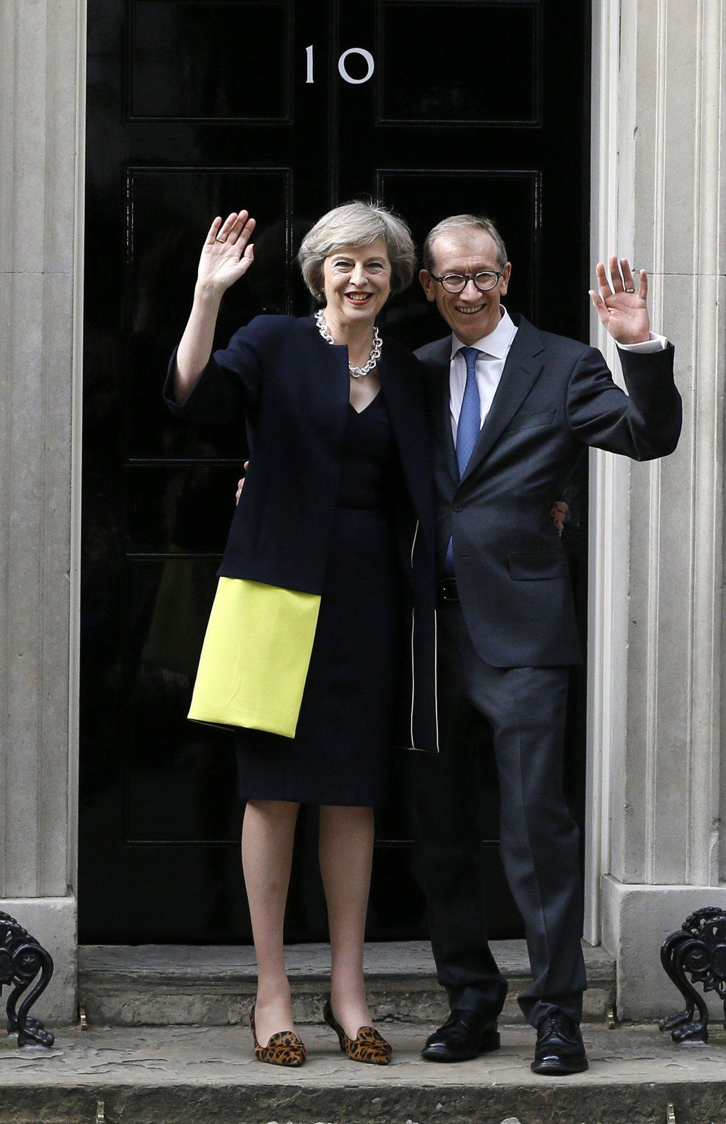 英國新任首相梅伊與夫婿,於官邸前向群眾致意。 圖/取自美聯社