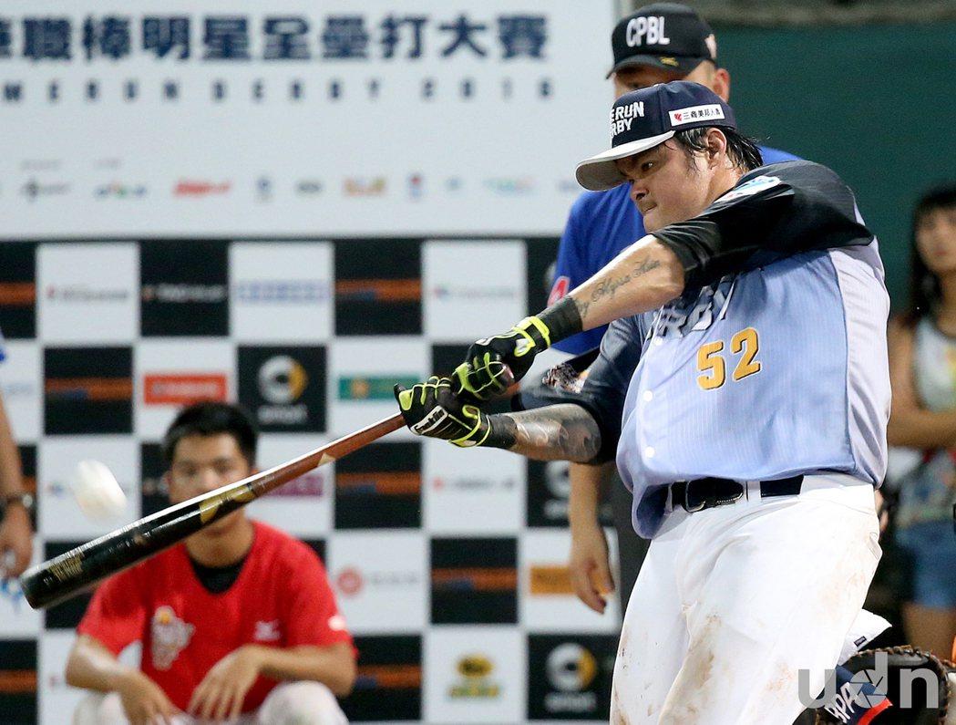 中華職棒17日進行全壘打大賽冠軍賽,林智勝使出全力,揮出24支全壘打,還一度打到...