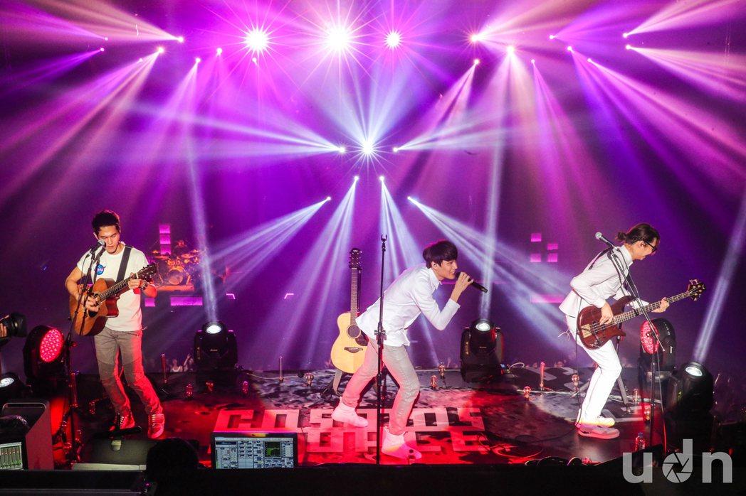 宇宙人16日在TICC舉行「跟我回地球」演唱會,徹底發揮舞台優勢,在大會堂中打造...