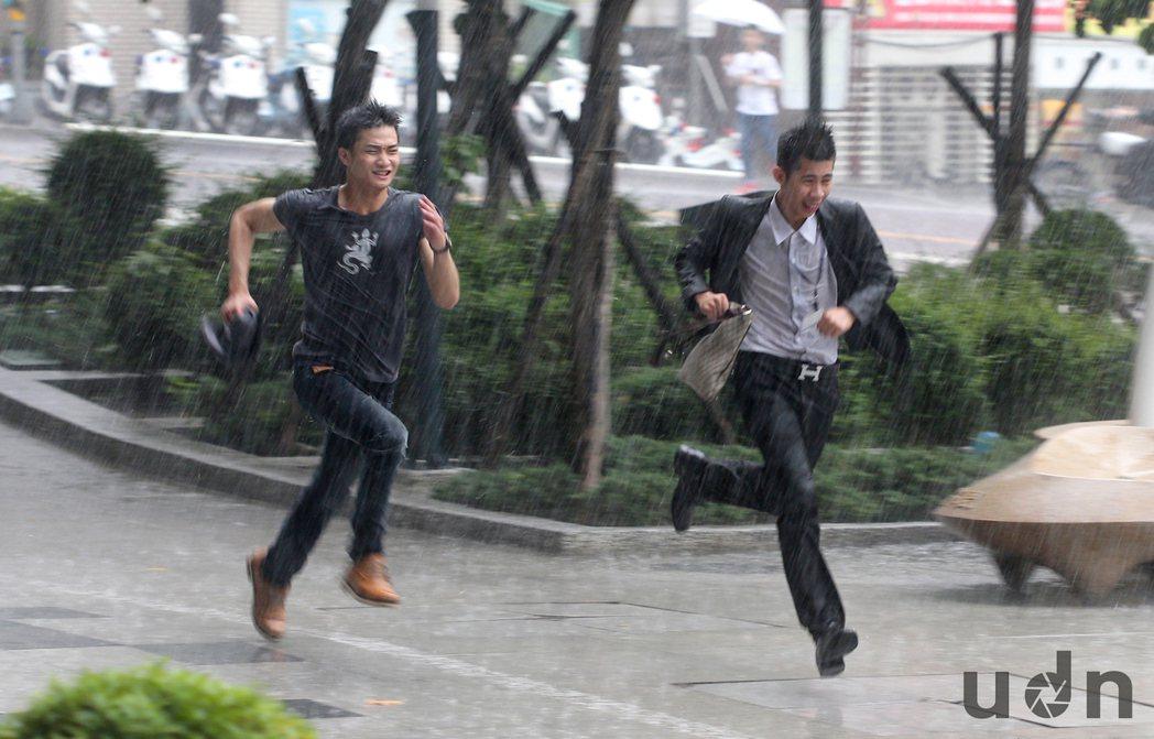 颱風過後,北台灣又恢復午 後雷陣雨的天氣型態,北市12日下午下起滂沱大雨,許多人...