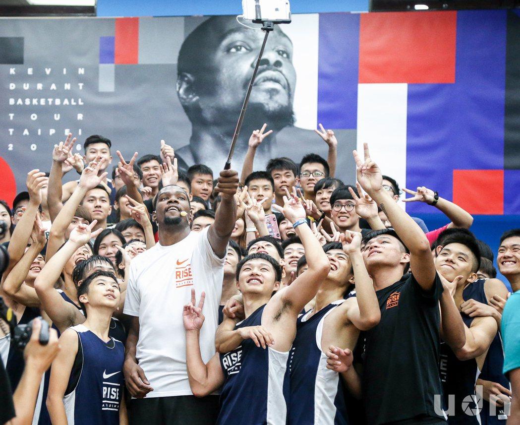 奧克拉荷馬雷霆前鋒球員杜蘭特(Kevin Durant)訪台,15日舉辦籃球營,...