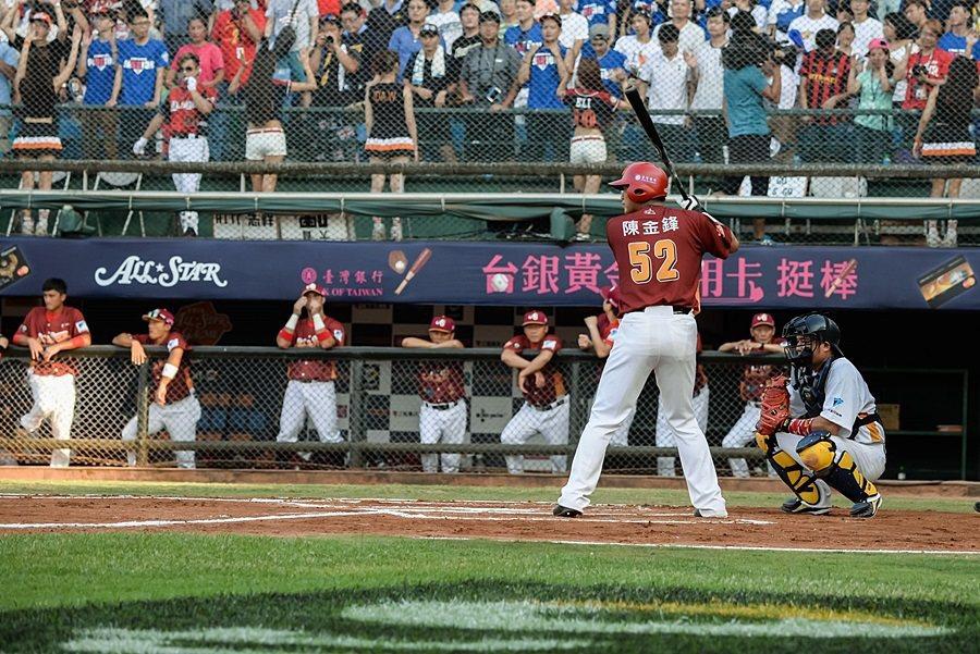 台灣巨砲陳金鋒球場揮棒英姿令人難忘,整場加油歡呼聲響徹天際。 台灣賓士提供