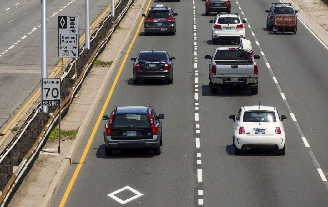 華盛頓州為使人流運輸最大化,於公路設有「高乘載車道」(菱形標示)鼓勵通勤者共乘。...