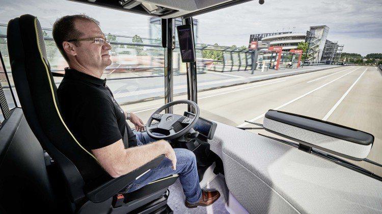 自動駕駛巴士在行駛過程中,有駕駛員坐在駕駛座,但過程中沒有人為干預。 摘自Dai...