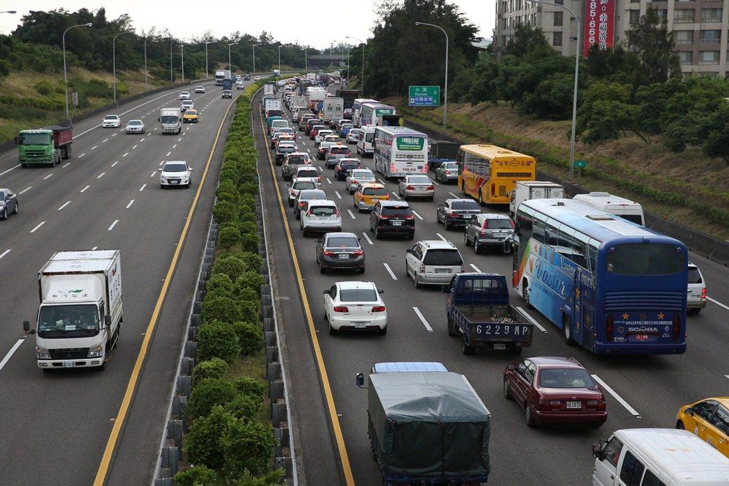 國道2號火燒車意外造成往機場方向嚴重堵塞。記者陳嘉寧/攝影
