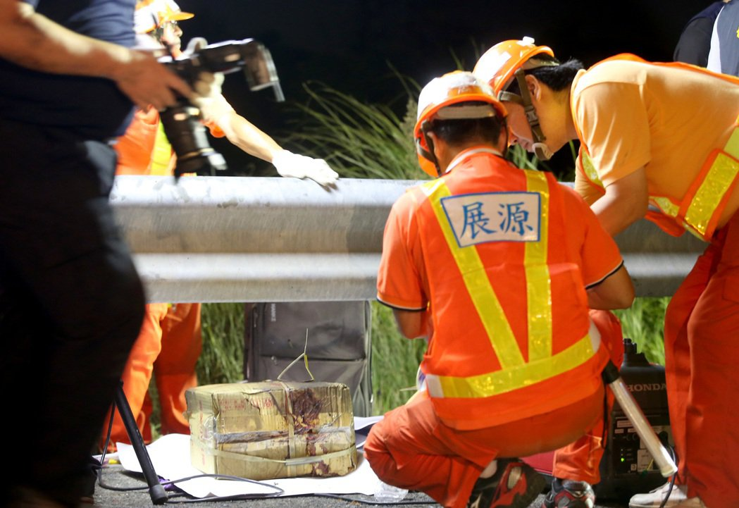 桃園國道2號昨天發生遊覽車火燒車意外,造成26人不幸死亡,檢警在國道現場採證,以...