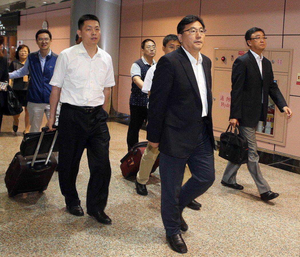 7月20日,海旅會秘書長劉克智(右二)一行抵達台灣,協助大陸游客遊覽車事故罹難者...