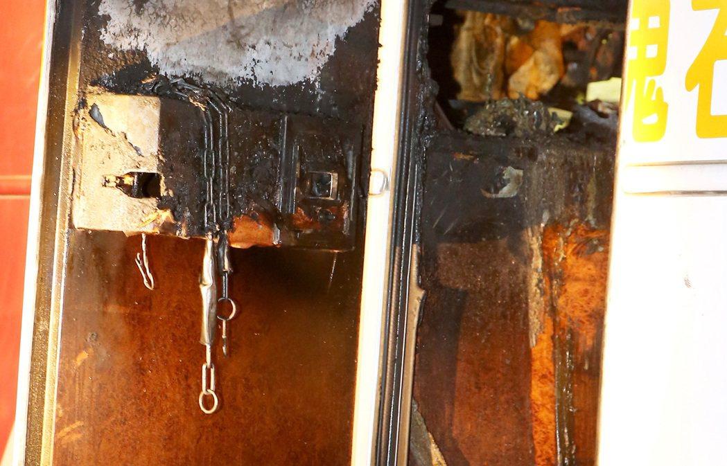 檢警勘驗被燒毀的紅珊瑚車隊遊覽車,發現安全門鎖的壓克力板未拿下,根本沒辦法觸碰到...