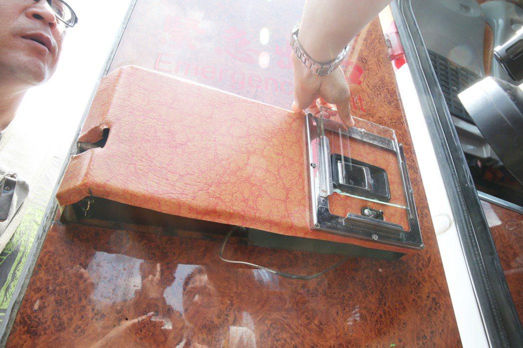 紅珊瑚車隊同款遊覽車的安全門鎖,正常開啟方式,是得先取下壓克力板,才能開啟開關。...