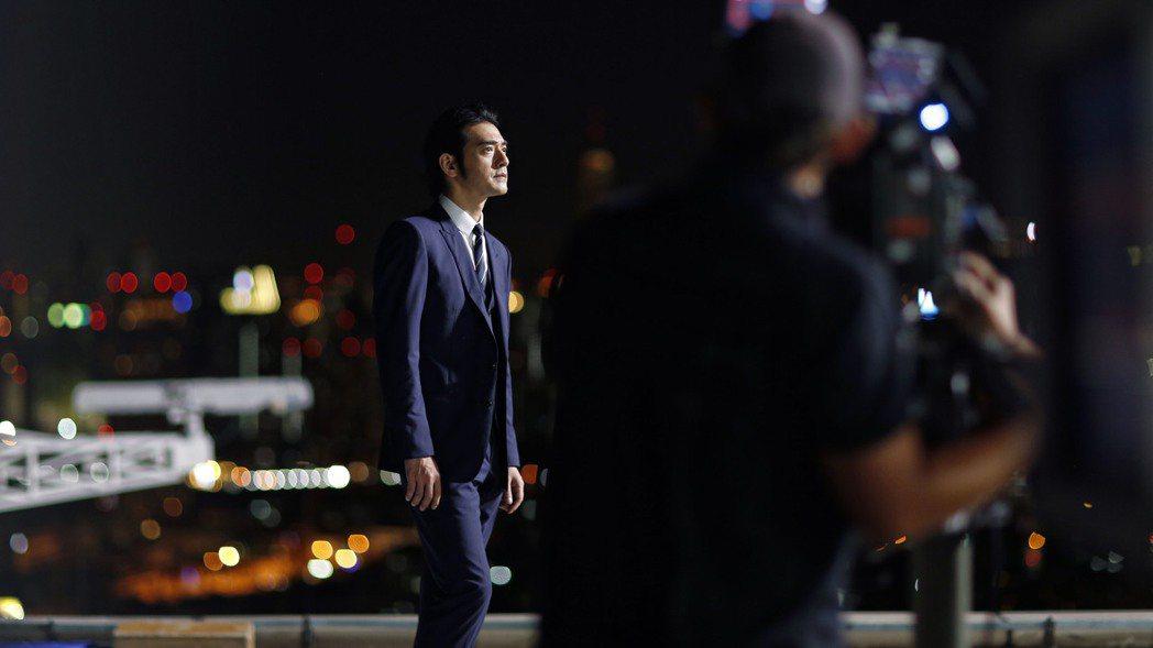 CITIZEN代言人金城武拍攝全新形象廣告,化身夜晚主宰者。圖/CITIZEN提...