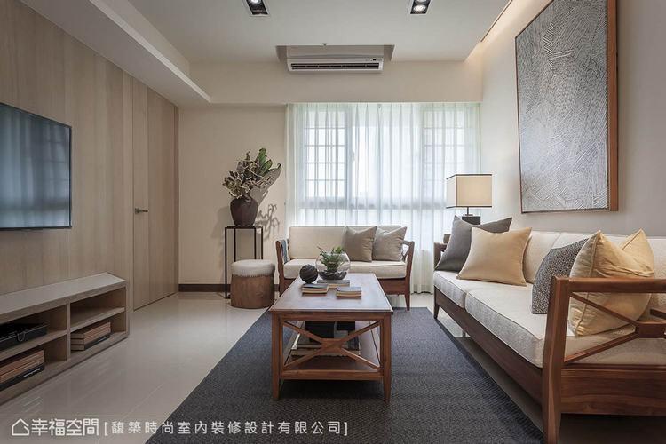 ▲客廳:湯鎮安設計師在留白的沙發背牆,掛上一幅藝術作品妝點,挹注人文氣息。