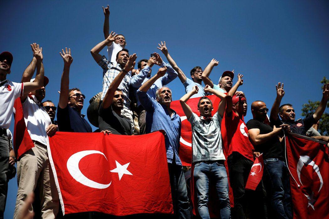 土耳其民眾19日在伊斯坦堡街頭高喊支持政府口號。 路透