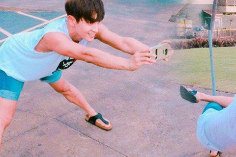 韓國藝人李準基19日在微博分享了一系列的照片,向粉絲們示範該如何幫忙路人拍照。照片中的他穿著猶如鄰家男孩般的短袖與短褲,每張照片都很搞笑,不是把腿張開開,就是單手單腳蹲著幫路人拍照。有網友看完照片還...
