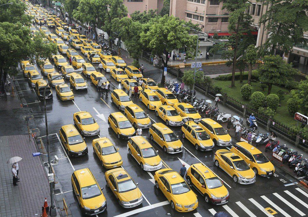 由於Uber使用較為優惠的價格競爭,影響計程車業者生計,上千輛計程車日前在立院外...