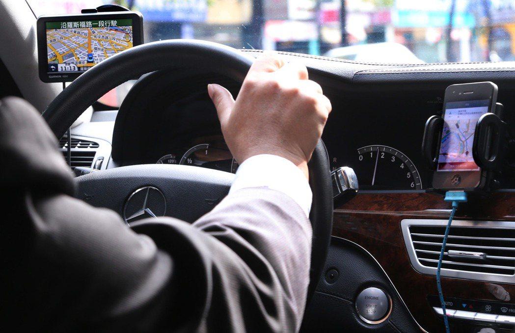 司機透過Uber公司發的手機載客系統與客人聯繫、支付、拆帳,然而Uber將消費者...
