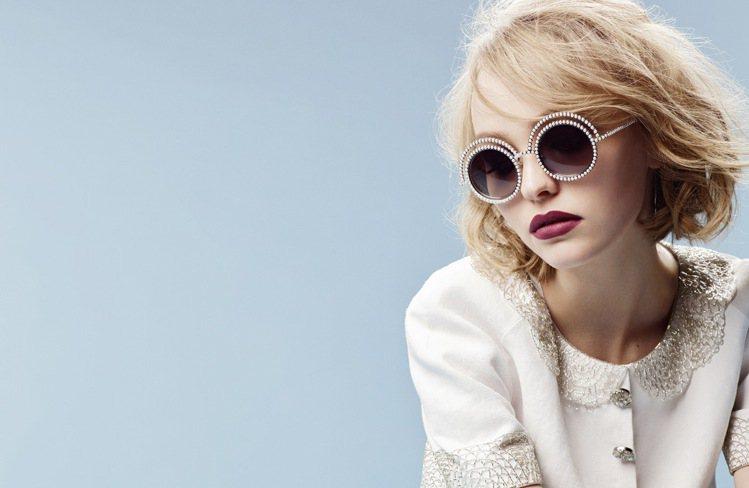 莉莉蘿絲戴普是香奈兒2015秋冬珍珠太陽眼鏡系列形象廣告代言人。圖/CHANEL...