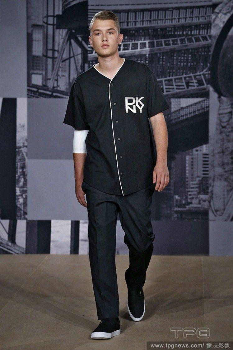 裘德洛的兒子瑞佛蒂洛在DKNY 2015 春夏服裝秀正式出道。圖/達志影像